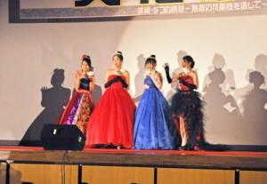 家政科の被服選択者によるファッションショー「Dream collection」=26日、奄美市名瀬の奄美高校