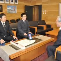 朝山市長に受賞報告するあらしゃげ会の築地代表(中央)ら=7日、奄美市役所