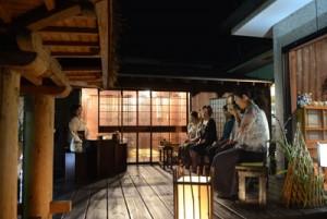 秋風に吹かれながら茶を楽しむ参加者=14日、奄美市名瀬