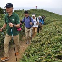 ポールを使って歩を進める参加者=13日、大和村の宮古崎