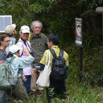 現地調査で湯湾岳を訪れたウェンディー・アン・ストラーム氏(中央)とウルリーカ・オーバリ氏(左)=9日、奄美大島