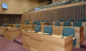 9月定例会を終えた奄美市議会議場。改選後は定数が2削減され22議席となる