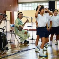 元ちとせさん(左から2人目)らと一緒に島唄を歌い踊る児童=29日、瀬戸内町