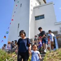 家族連れなどでにぎわった笠利埼灯台の一般公開=22日、奄美市笠利町