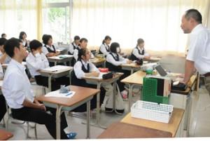 大学の出前講義を受ける生徒たち=24日、県立大島高校