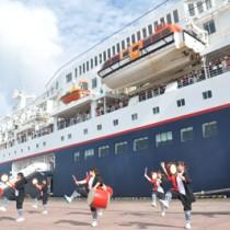 にっぽん丸の寄港を、エイサー演舞で歓迎する地元の高校生=24日、和泊町和泊港