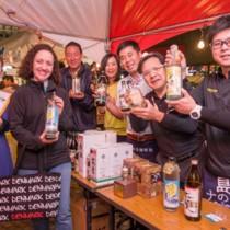 外国人来場者にも人気だった奄美黒糖焼酎のコーナー=1日、東京・日比谷