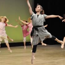 琉球芸能とクラシックバレエを融合させた独創的な舞で観客を魅了したNS琉球バレエ団の沖永良部公演=24日、知名町