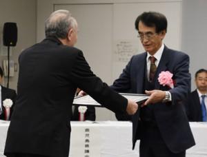 知事表彰を受ける瀧さん(右)=22日、鹿児島市のかごしま県民交流センター