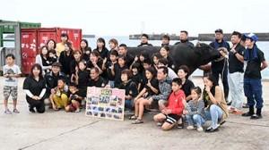 力道山との別れを惜しみ、記念撮影をする牛主関係者=4日、徳之島町亀津