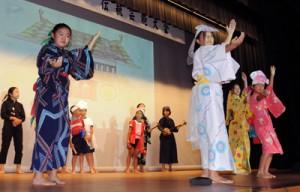 島口劇などで日頃の練習の成果を披露した瀬戸内町子ども島口・伝統芸能大会=9日、町きゅら島交流館