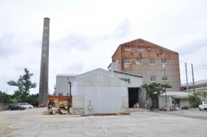 12月13日に3期連続となる年内操業を開始予定の与論島製糖与論事業所=20日、与論町