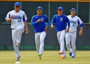 奄美市で合宿中のプロ野球・横浜DeNAベイスターズの選手たち=1日、名瀬運動公園市民球場