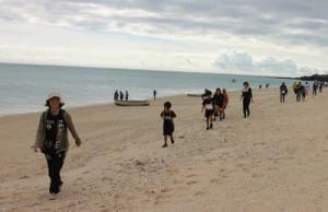 景色を楽しみながら砂浜のコースを歩く参加者(提供写真)=24日、与論町