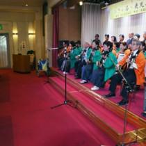 武下さんを前に、門下生らが島唄を披露した「ひぎゃ節フェスティバル・懇親会」=10月26日、鹿児島市