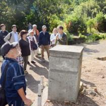 島尾ミホさんの実家跡を見学するツアー参加者=10日、加計呂麻島