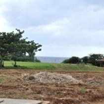 多目的運動場の拡張に向け、整備が進むフローラルパーク(写真奥が現在の芝コート)=28日、知名町