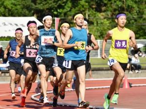 【男子1500メートル走】力走する各地区の選手たち=10日、奄美市名瀬運動公園陸上競技場