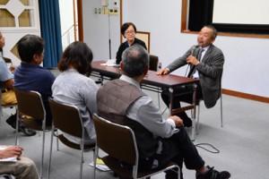町内外から約20人が参加した鹿大の島めぐり講演会=16日、瀬戸内町