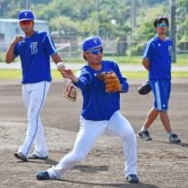 送球練習に汗を流す横浜DeNAベイスターズの選手ら=13日、奄美市の名瀬運動公園多目的広場