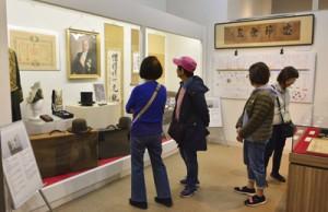 泉二新熊の功績や人柄を紹介する展示会=20日、龍郷町りゅうがく館2階文化財展示室