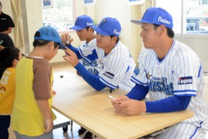 寮生たちのサインの求めに応じる(右から)伊藤、楠本、宮本3選手=9日、白百合の寮