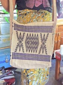 伝統の文様が織り込まれたチャカサン織のバッグ(提供写真)