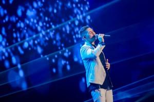 アジアニューソングランキングのステージで歌声を披露する中孝介さん(提供写真)