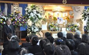 約130人が参列し、別れを惜しんだ松尾イセさんの追悼式=27日、知名町