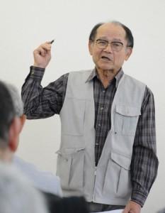 学習会で、ハンセン病家族訴訟について振り返る赤塚興一さん=17日、奄美市