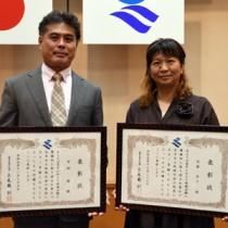 地域貢献県表彰を受けた(右から)後藤恭子さんと中村修さん=27日、鹿児島市の県庁