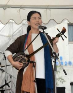 アンコールに応え「行きゅんにゃ加那」を歌う中村瑞希さん=24日、伊津部町のあさひ公園