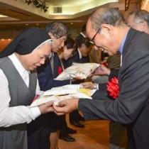 島内の福祉施設へ米の贈呈式もあったフードバンク奄美の祝賀会=20日、奄美市名瀬