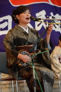 協会賞争奪戦で「いそ加那」を歌う平田まりなさん=16日、奄美市笠利町