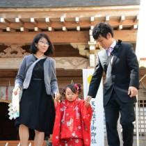 七五三詣に訪れた家族連れ=15日、奄美市名瀬の高千穂神社