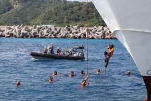 奄美海保と合同で水難救助訓練をする大島地区消防組合喜界分署の署員ら=6日、早町港