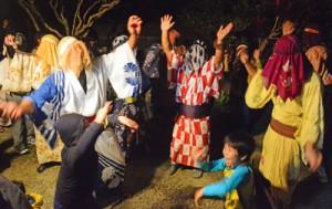 家々を踊り回って家内安全などを祈願したムチモレ踊り=12日、大和村湯湾釜