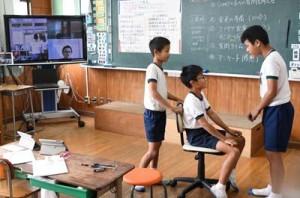 遠隔授業で考案したプログラミングを発表する児童=20日、徳之島町尾母