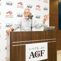 徳之島産コーヒーの魅力を紹介する生産者会の吉玉代表=5日、東京・渋谷