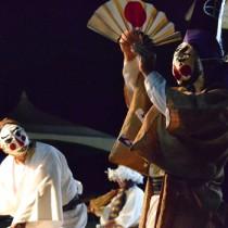 月明りの下で繰り広げられた十五夜踊(二番組による三者囃子)=11日、与論町