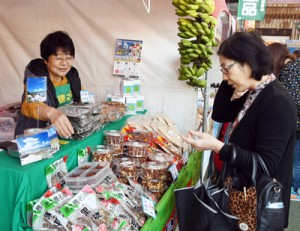 多くの買い物客が地場産品を買い求めた「こだわりの逸品フェア」=29日、鹿児島中央駅アミュ広場