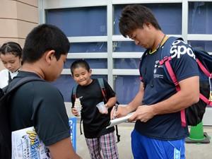 地元の子どもたちに応じてサインする中井大介内野手=4日、名瀬運動公園市民球場