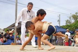 子どもたちの好取組に沸いたわんぱく相撲大会=3日、中里集落相撲場