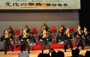 うるま音楽協会山下多賀子琉舞研究所による琉舞「国頭サバクイ」=3日、和泊町