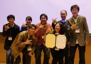受賞式に出席した渡邊理事長(右)と山崎所長(前列右)、津田さん(左)、日吉さん(前列左)=10日、北海道大学