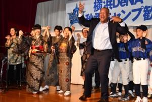 歓迎会の最後に元ちとせさん(左)らと六調を踊る横浜DeNAベイスターズのアレックス・ラミレス監督(中央)=8日、奄美市名瀬