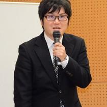 「島尾敏雄の文学」をテーマに講演する鹿児島大学の多田准教授=4日、奄美市名瀬