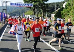 最多の239人が参加したハーフ種目のスタート=10日、瀬戸内町加計呂麻島瀬相