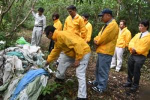 農業用廃プラスチック類などが不法投棄された現場を視察する関係者ら=20日、伊仙町検福