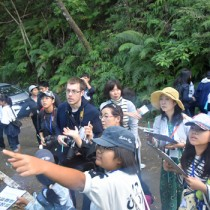 希少な動植物を観察した徳之島FAMトリップの参加者たち=10日、徳之島町の林道山クビリ線